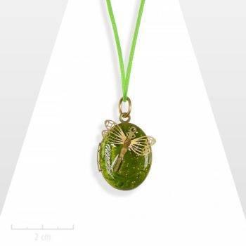 Médaillon nature, ovale acidulé vert anis pour enfant. Bijou pendentif petite libellule de fée. S'ouvre pour cacher deux photos. Création Zor