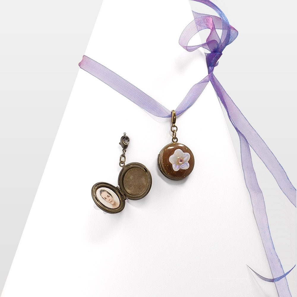 Collier Fleur opale, médaillon rond, bijou romantique s'ouvrant pour cacher deux photos. IDÉE de cadeau sentimental modulable et secret. Création Zor Paris