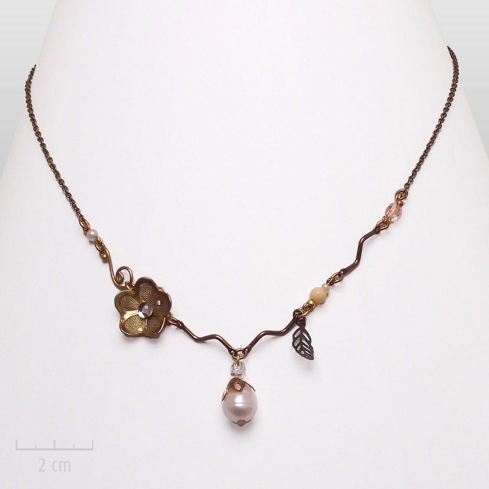 Bijou cerisier en fleur, porte-bonheurcélèbre au Japon.Nacre fine féminité pastel: collier pendentif discret, romantique, élégant. Création Zor Paris