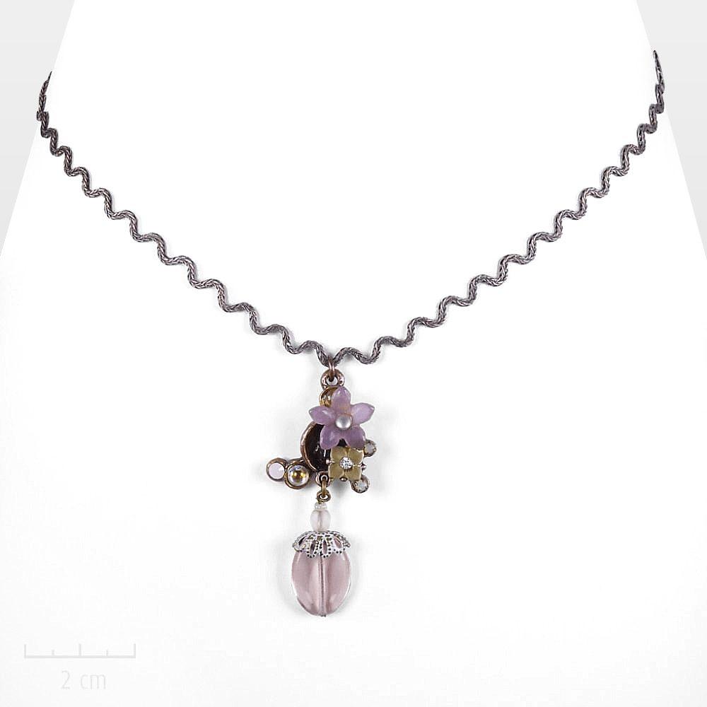 Collier pendentif floral, romantique discret inspiré de La Belle et la Bête de Jean Cocteau. Bijoufleur baroque cristal rose poudré. Création Zor Paris