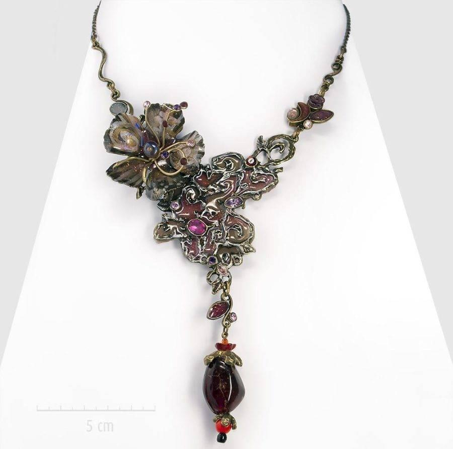Grand collier bohème haut de gamme habillé et fleur exotique. Bijou unique, plastron objet d'art pour une soirée. bronze, rouge bordeaux, fuchsia. Créations ZOR