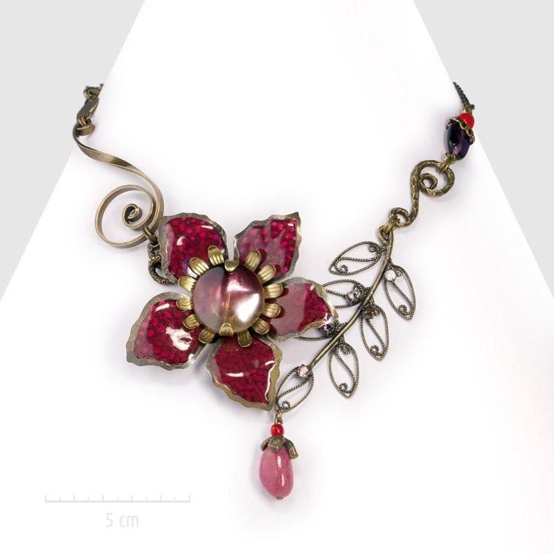 Collier bohème haut de gamme, inspiration exotique orientaliste. Petit plastron habillé d'une grande fleur et pierre semi-précieuse fuchsia rouge. Créations ZOR