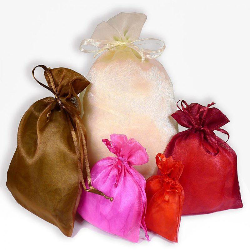 Plaisir d'offrir un bijou dans une pochette en organdi. Plus luxe dans un emballage spécial cadeau. Textile de couleur. Création Zor Paris 2