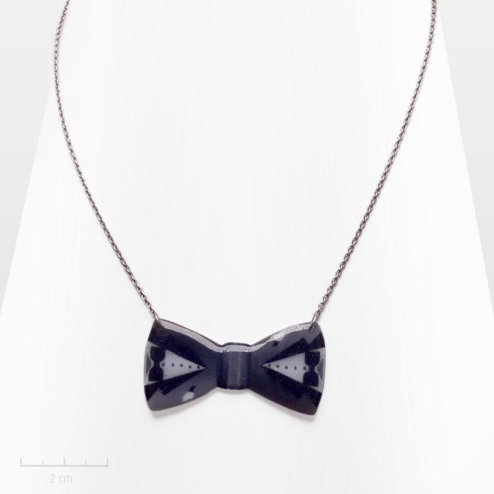 Sautoir pendentif long. Noeud papillon de smoking, symbole de fête, luxe et magie. Bijou garçonne noir et blanc, style 80, 90, fantaisie vintage. Création Sébicotane-Zor