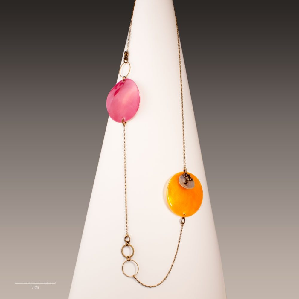 Sautoir pendentif long, avec grenouille symbole porte-bonheur. Création ludique et colorée, grand ronds émail orange et fuchsia. Parure Sébicotane - Zor design