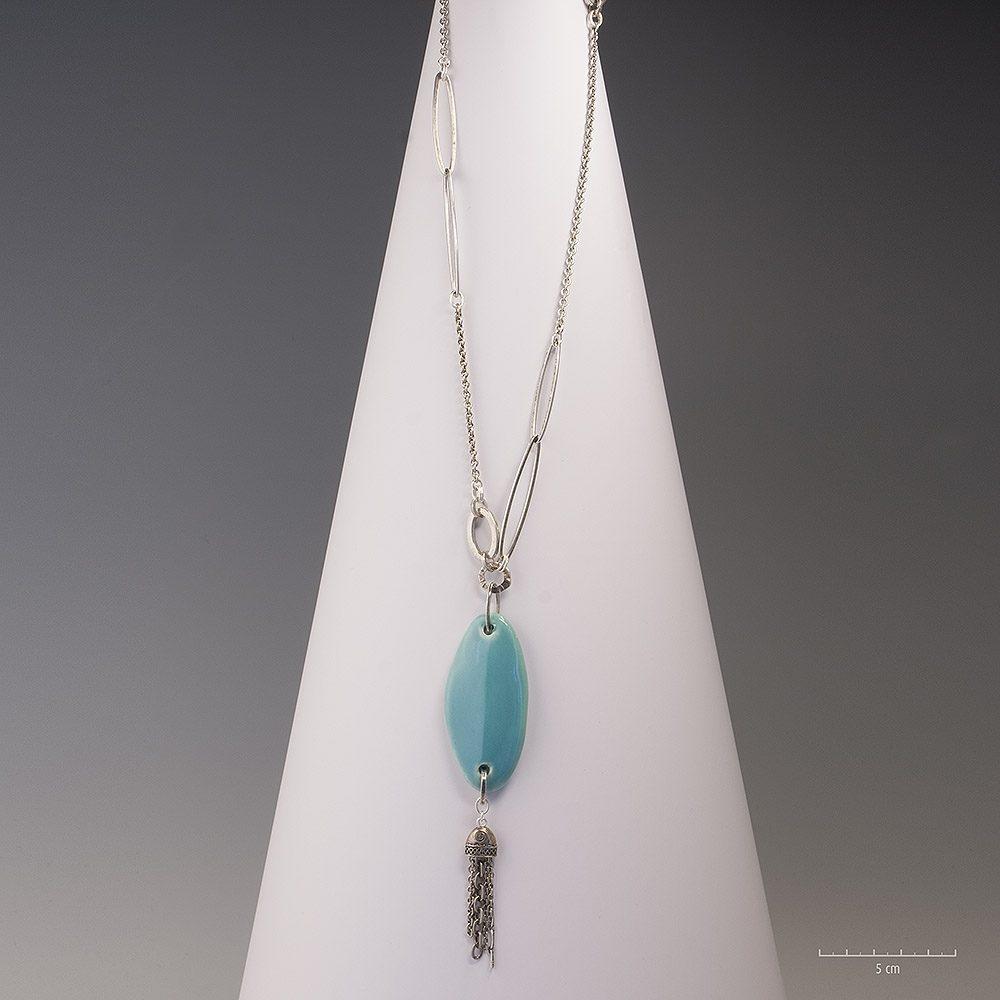 Sautoir chaîne moderne à pendentif céramique émaillé turquoise. Collier argent unique et fait main en France. Bijou fantaisie, féminin et actuel Zor Création