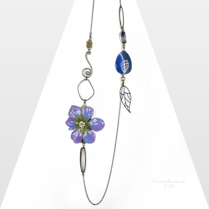 Sautoir zen exotique sophistiqué. Long collier habillé d'une grande fleur Sauvage parme bleu et pierre fine. Bijou romantique haut de gamme.Création Zor Paris