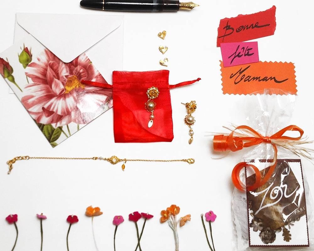Cadeau idéal de Fête des mères, un bracelet et boucles d'oreilles dorées, des perle nacrées. Bijou fantaisie Zor paris 2