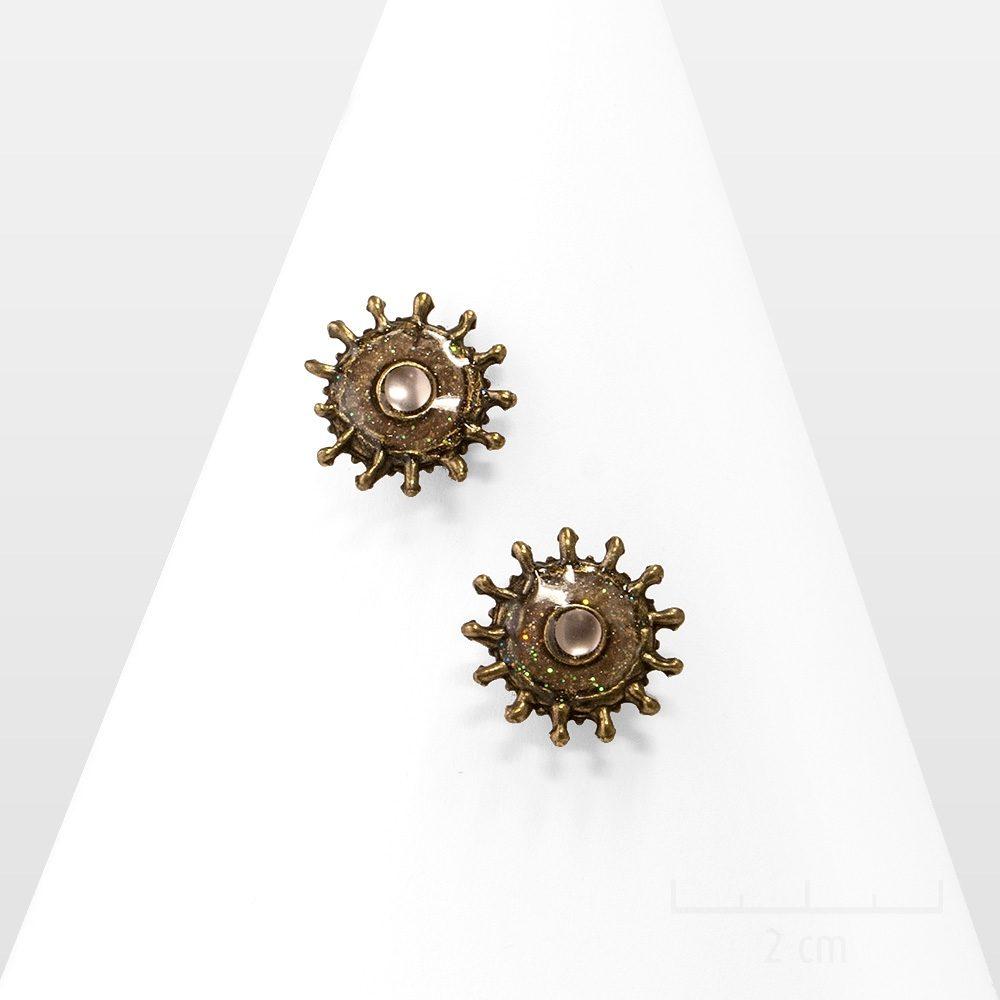 Boucles d'oreilles percées à clou, ethniques et légères au design et symbole astral stylisant un soleil martelé pastel. Tendance baroque et vintage. Zor création