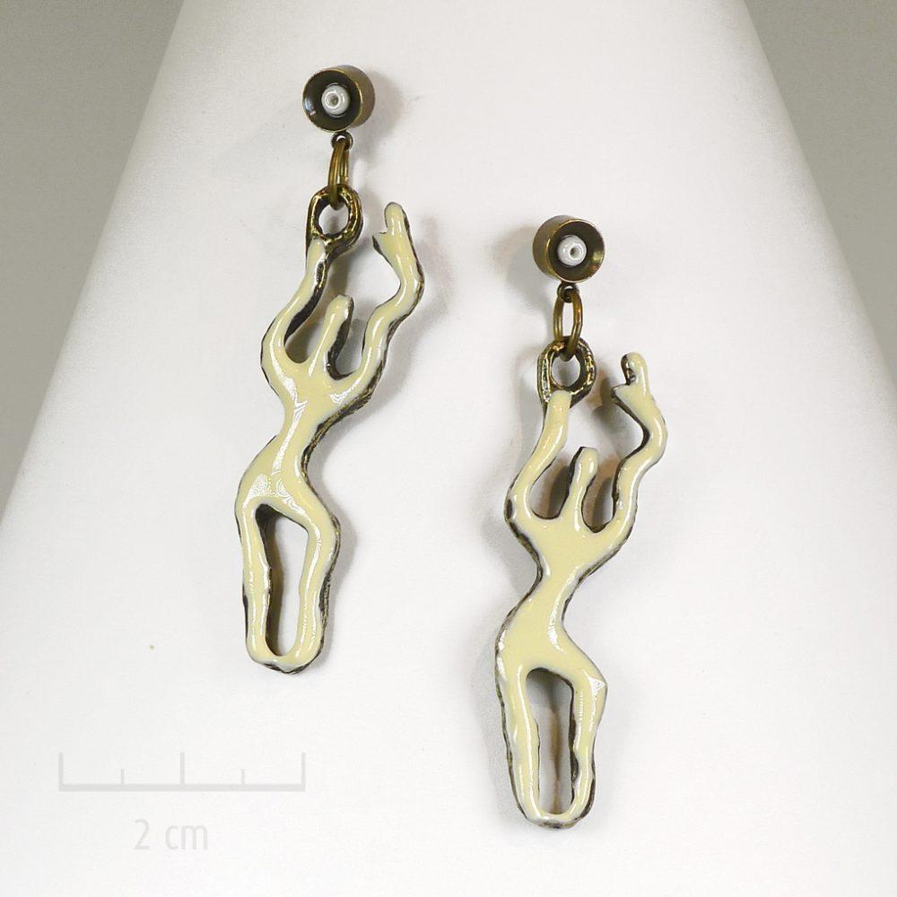Boucles d'oreilles pendantes, percées fines et longues. Bijou beige stylisé et graphique. Silhouette féminine dansante audesign contemporain. Zor Créations