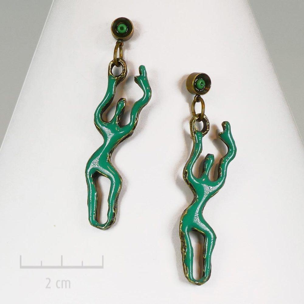 Boucles d'oreilles pendantes, percées fines et longues. Bijou vert stylisé et graphique. Silhouette féminine dansante audesign contemporain. Zor Créations