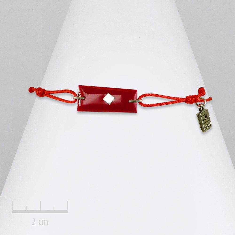 Bijou drapeau barre rectangle, bracelet à lacet, nœud coulissant. Couleur, symbole de clan Rouge. Création Zor. Saga romanesque fantastique. Fiction jeunesse