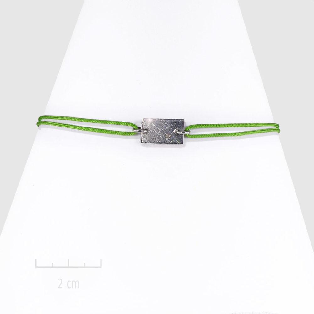 Bracelet bohème, plaque rectangle. Bijou discret pour femme, cordon nœud coulissant, argent vert anis. Design géométrique unisexe, touche moderne rock. Création ZOR