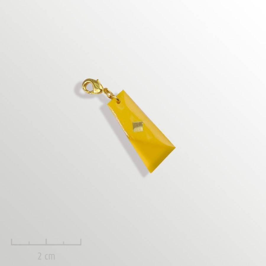 Grigri jaune, accessoire unisexe: pampille charmpendentif. SYMBOLE du drapeau del'Arlequin Rouge. Bijou emblème des peuples imaginaires. Zor Design