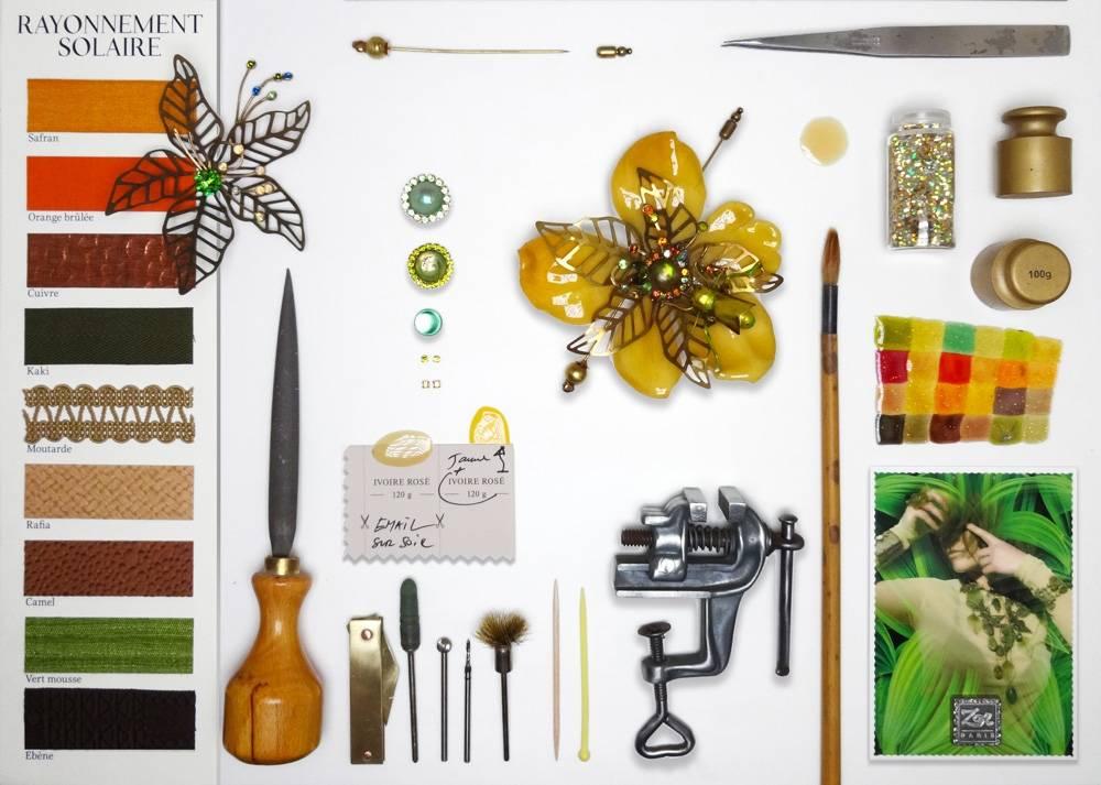 Bijou unique haut de gamme, bestiaire artistique, anticonformiste: broche spectaculaire, fleur géante jaune, habillée d'une sauterelle. Cabinet de curiosité Zor