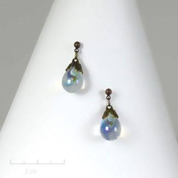 Boucle d'oreille enfant percée et perle pendante de cristal de fée. Bijou antiallergique pour petite princesse fillette et ado, incolore. Création Zor paris