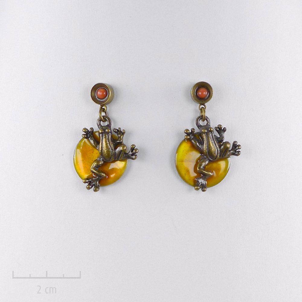 Boucle d'oreille enfant percée et petite grenouille pendante. Bijou fantaisie, bronze orange pour petite fille et ado. Création Sébicotane Zor paris