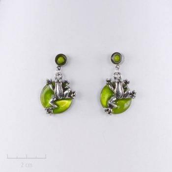 Boucle d'oreille enfant percée et petite grenouille pendante. Bijou fantaisie argent, vert anis pour petite fille et ado. Création Sébicotane Zor paris