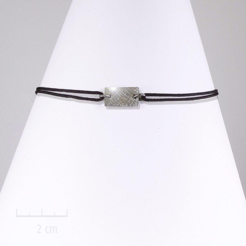 Bracelet plaque rectangle. Bijou discret pour HOMME, cordon nœud coulissant, argent noir. Design géométrique unisexe, touche moderne rock. Création Zor