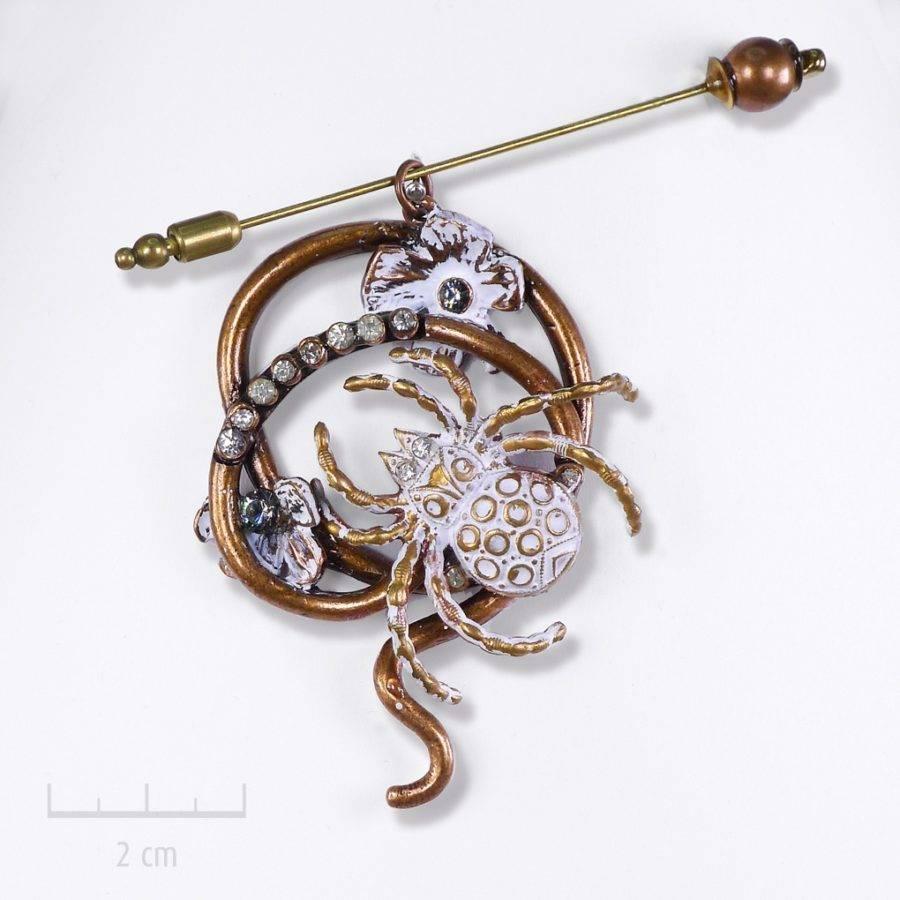 Bijou mygale animal totem symbole de créativité féminine. Pièce unique: insecte Shabby Chic. Cabinet de curiosité et collectionneur insolite. Parurier Zor paris