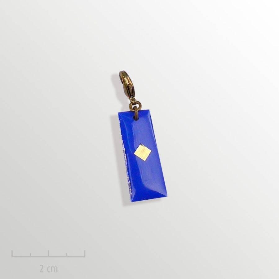 Grigri bleu, accessoire HOMME: pampille charmpendentif. SYMBOLE du drapeau del'Arlequin Rouge. Bijou emblème des peuples imaginaires. Zor Design