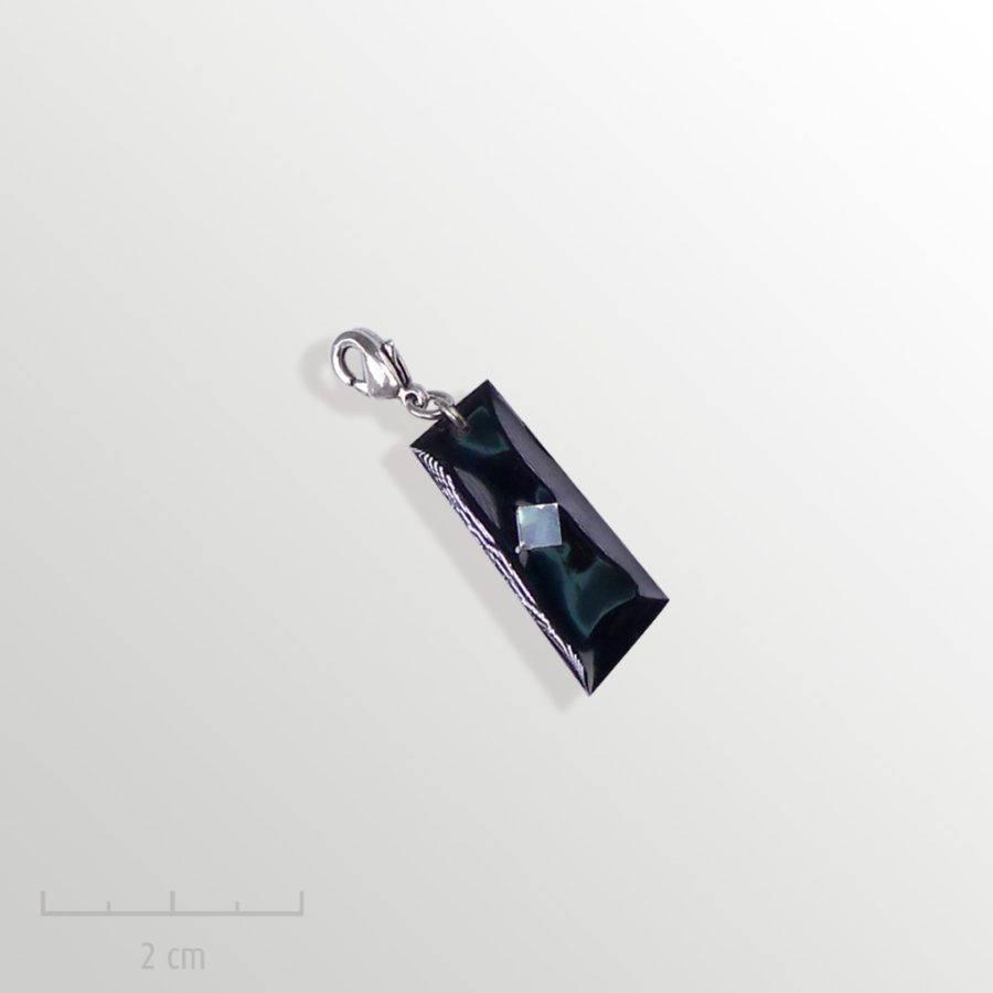 Grigri noir, accessoire HOMME: pampille charmpendentif. SYMBOLE du drapeau del'Arlequin Rouge. Bijou emblème des peuples imaginaires. Zor Design