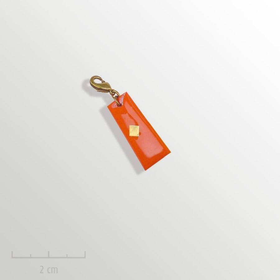 Grigri orange, accessoire HOMME: pampille charmpendentif. SYMBOLE du drapeau del'Arlequin Rouge. Bijou emblème des peuples imaginaires. Zor Design