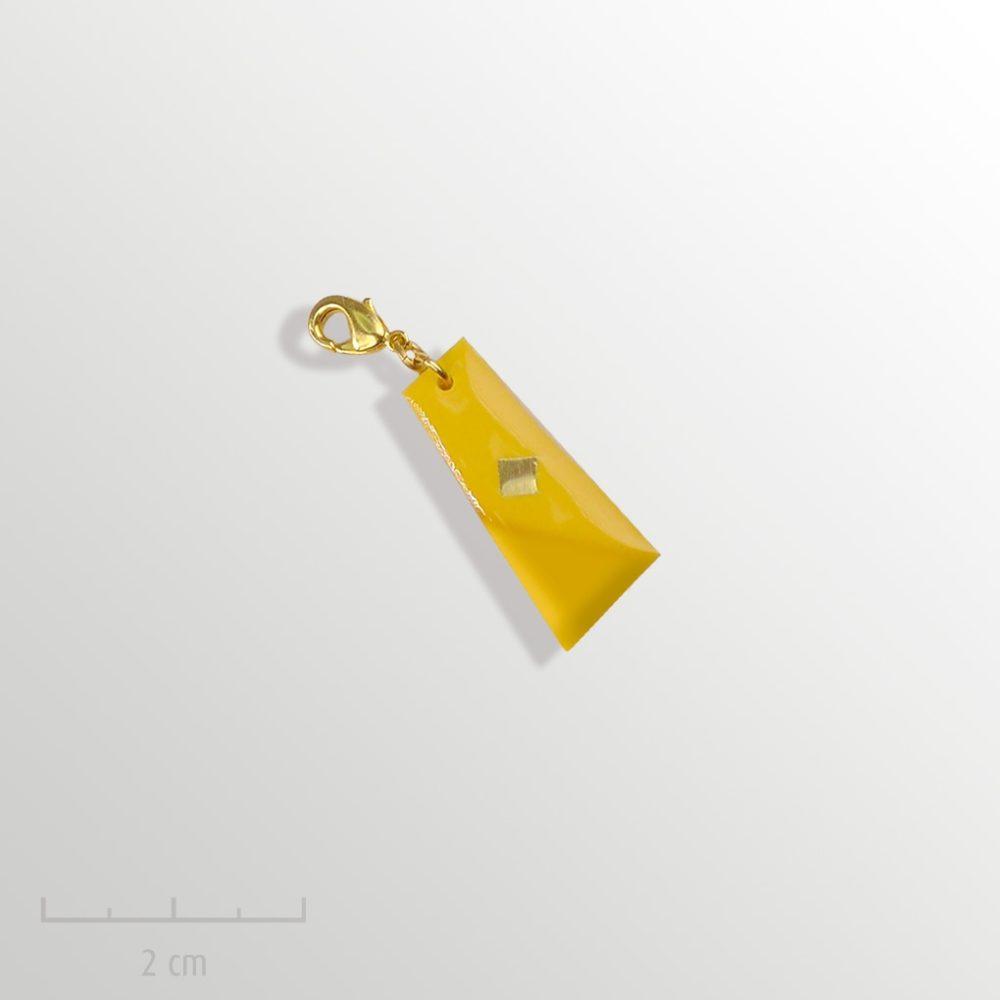 Grigri unisexe cadeau ENFANT: charmpendentif jaune. Bijou symbole du drapeau del'Arlequin Rouge. Fille garçon à partir de 3 ans. Zor Création