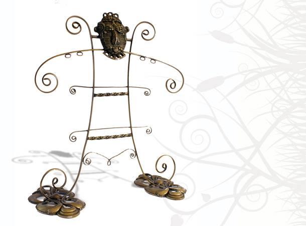 Créatrice de bijoux Zor. Artisan parurier du concept store ZOR. Présentoir sculpture ethnique haut-de-gamme. Pièces uniques bronze Made in France.