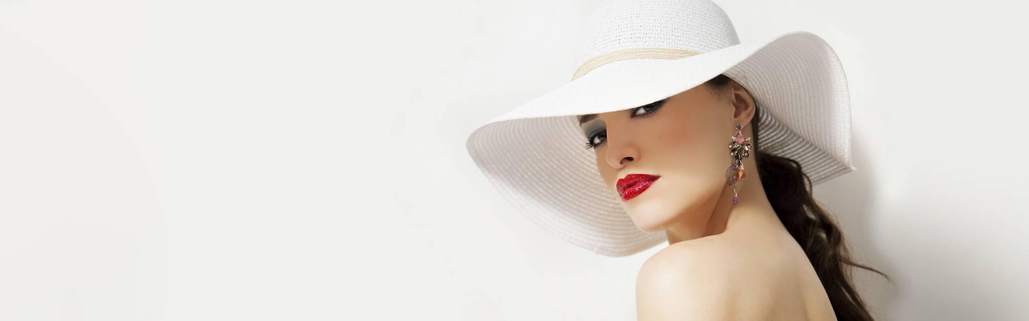 Bijou haute fantaisie Zor Création: grande boucle d'oreille percée, argent vintage et romantique. Habillé, élégant mannequin au Prix de Diane