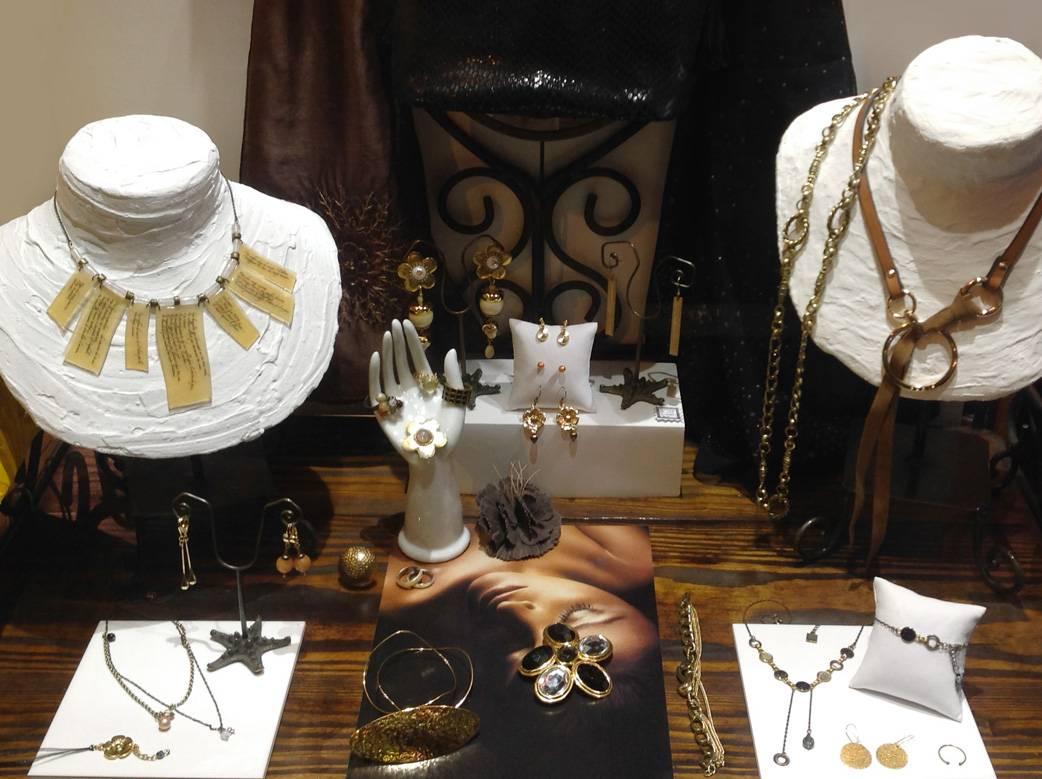 Bijou fantaisie noir à l'infini, création de bijoux noir, or, tendance luxe et tradition Art Déco. les bijoux haut de gamme Zor et Sébicotane à Paris