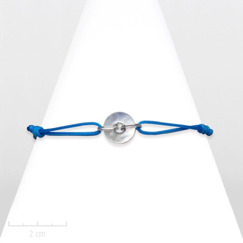 Bracelet enfant pour fille et garçon. Lanière avec petit rond de nacre nature. Bijou été, BLEU turquoise bleu taille réglable. Création Sébicotane Zor