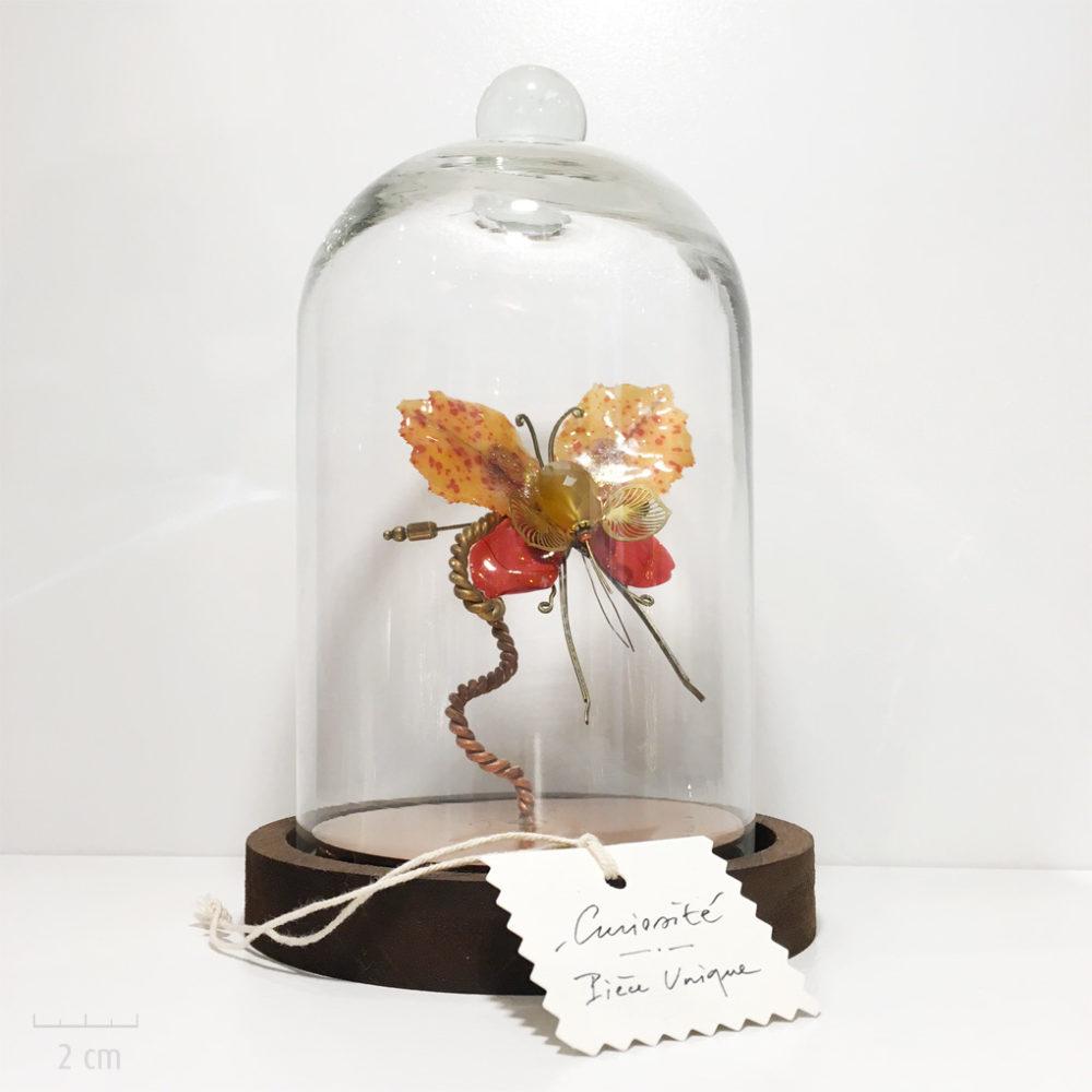 Globe avec insecte phasme jaune orange, bijou broche unique et précieux habillé. Papillon fantaisie, Art et déco. Création haut de gamme Zor Paris 2