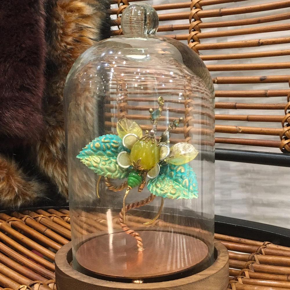 Bijou sculpture original et précieux: insecte phasme unique, déco ou broche habillée de pierre naturelle vert jaune. Animal haut de gamme Zor
