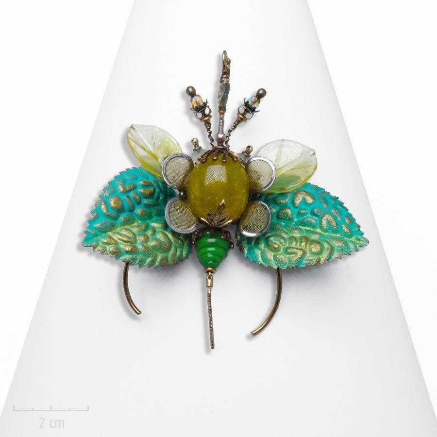 Broche pendentif haut de gamme et unique, insecte de cabinet de curiosité. Objet d'art, phasme menthe et pierre jaune. Création Zor Bijou Paris