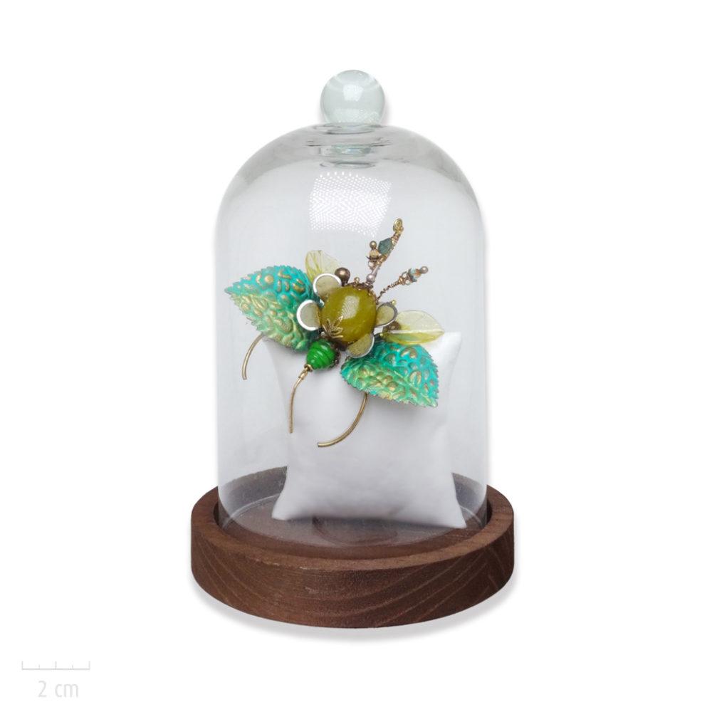 Bijou sculpture original et précieux sous cloche: insecte phasme unique, déco ou broche, pierre naturelle vert jaune. Animal haut de gamme Zor