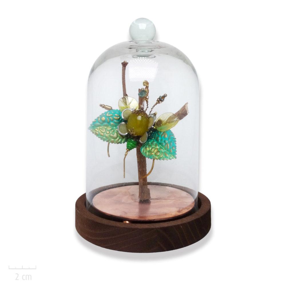 Bijou sculpture original et précieux sous cloche: insecte phasme unique, déco ou broche, pierre naturelle vert anis. Animal haut de gamme Zor