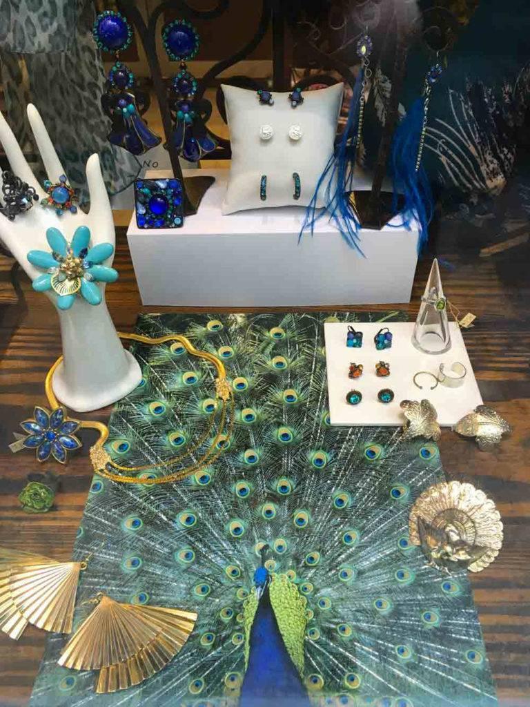 Vitrine du concept store Zor Bijoux Paris, nouvelles saison. Collection de printemps des créations Zor. Animal totem vert bleu. Des bijoux haute fantaisie, beauté naturelle