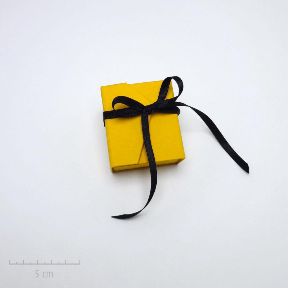 Emballage précieux, petit écrin pour un cadeau haut de gamme. Offrez un bijou dans un coffret jaune et ruban noir. Idée du luxe par Zor Paris 1