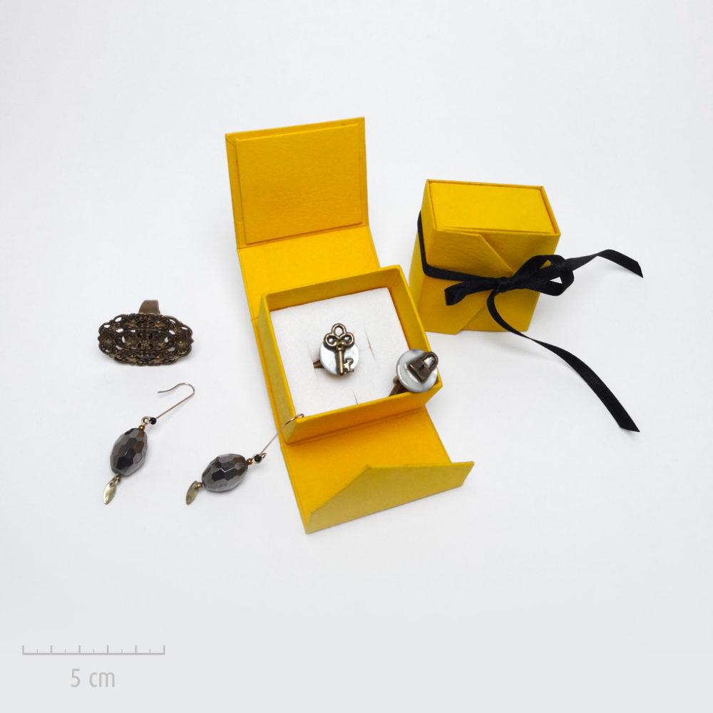 Emballage précieux, petit écrin pour un cadeau haut de gamme. Offrez un bijou dans un coffret jaune et ruban noir. Idée du luxe par Zor Paris 2