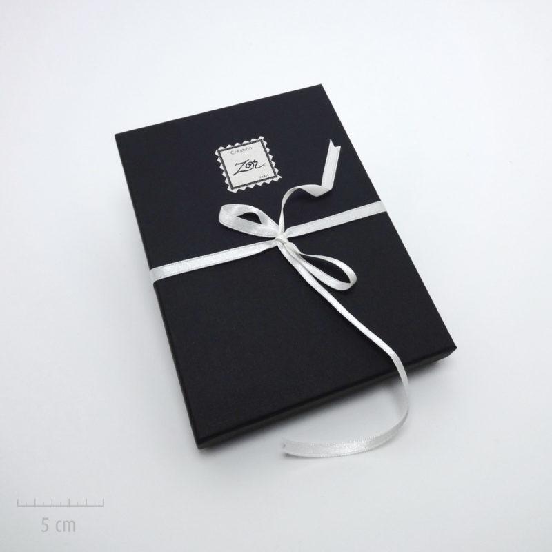 Emballage précieux, écrin noir pour un cadeau haut de gamme. Offrez un bijou dans un coffret noir et ruban blanc. Idée du luxe par Zor Paris 1