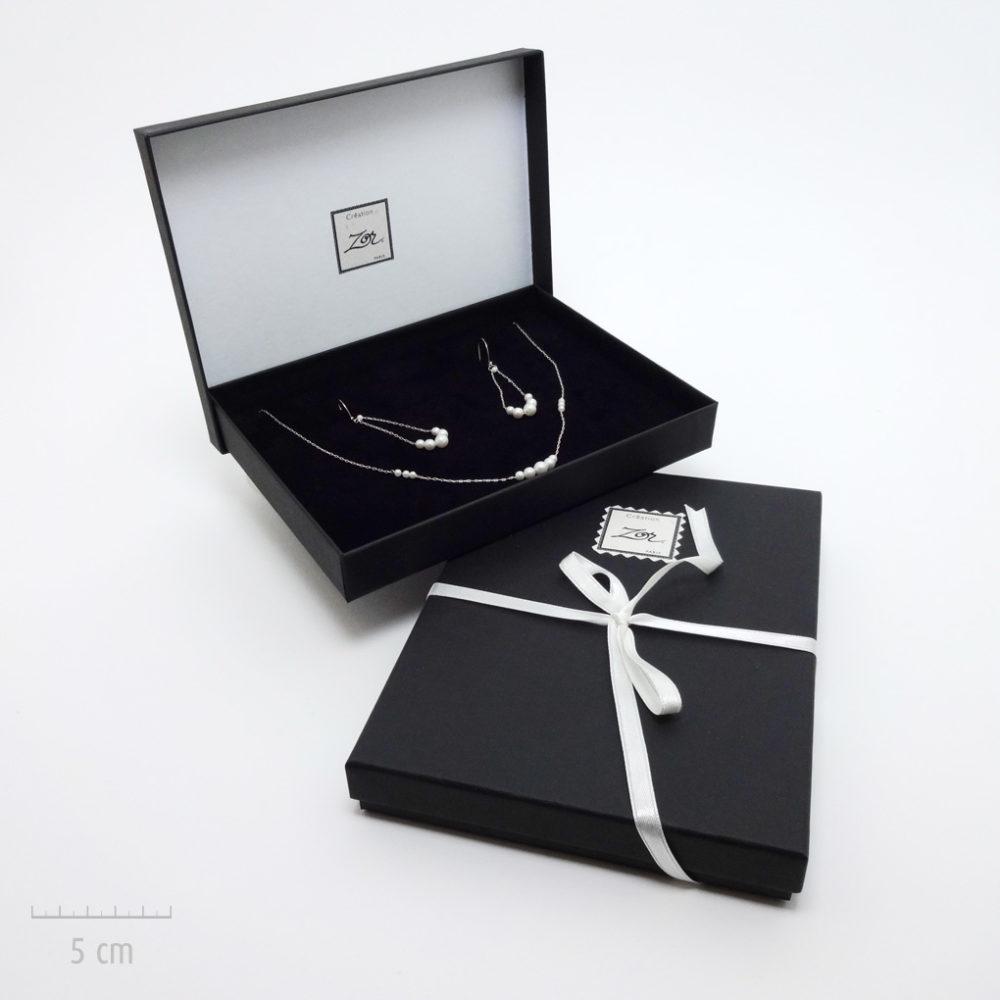 Emballage précieux, écrin noir pour un cadeau haut de gamme. Offrez un bijou dans un coffret noir et ruban blanc. Idée du luxe par Zor Paris 3