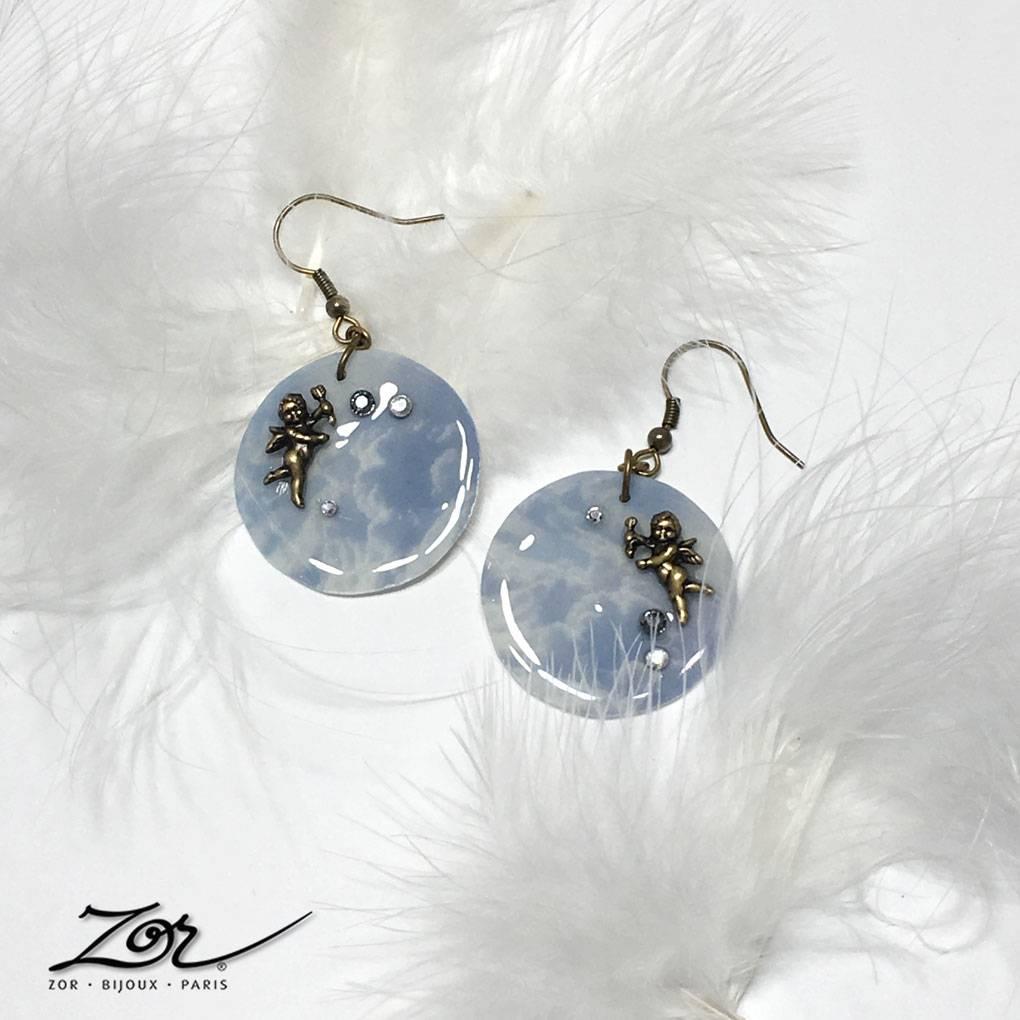 Boucles d'oreilles Michel-Ange, bijou symbolique d'actualité. Anges et ciel bleu pour l'Ascension de la religion chrétienne. Création Zor Paris