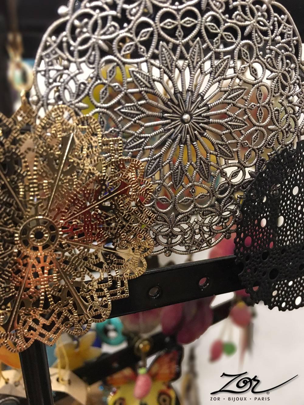 Boucle d'oreille pendante et percée. Bijou oriental, création fantaisie. Grand rond filigrane pour beauté exotique par Zor Paris Sentier Montorgueil