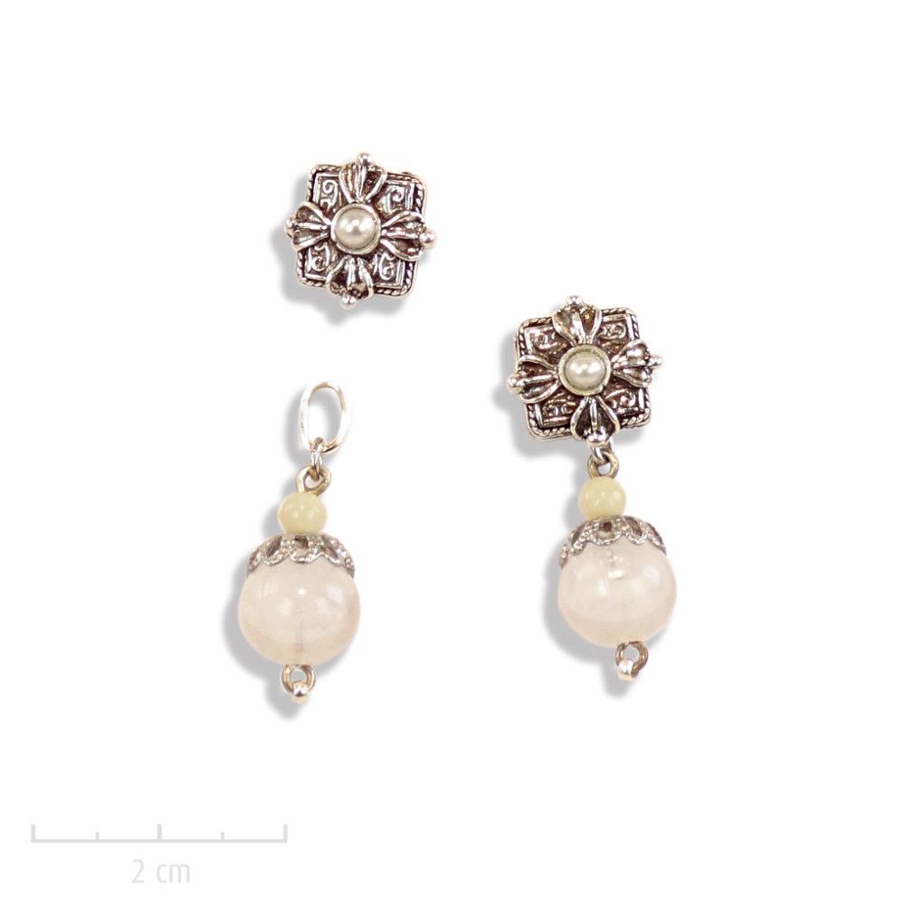 Boucles d'oreilles percées ethniques avec une perle blanche pendante. Motif oriental carré et argent vintage des créations Zor Paris