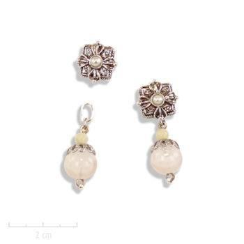 Boucle d'oreille ethnique percée avec une perle blanche pendante. Motif oriental carré et argent vintage des créations Zor Paris