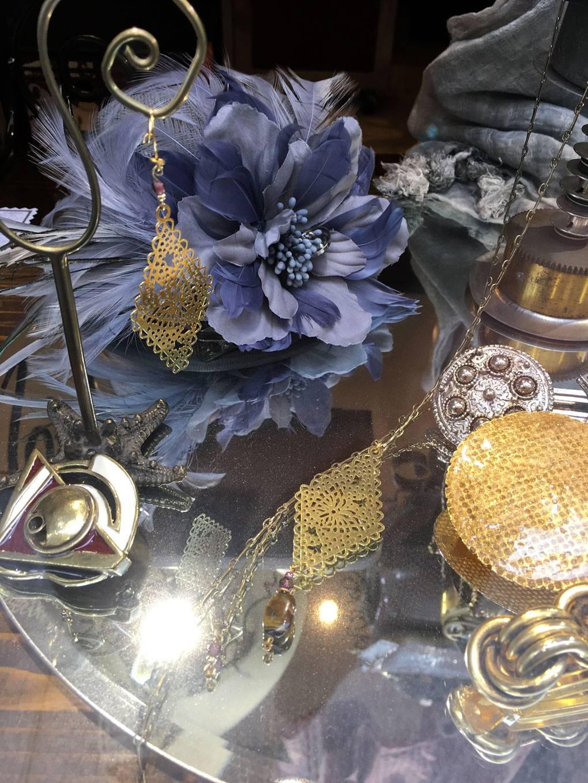 Chapeaux, bibis, plumes et bijoux de tête de cérémonie, mariage, Prix de Diane. Couvre-chef unisexe mixte pour homme ou femme. Zor Paris Création