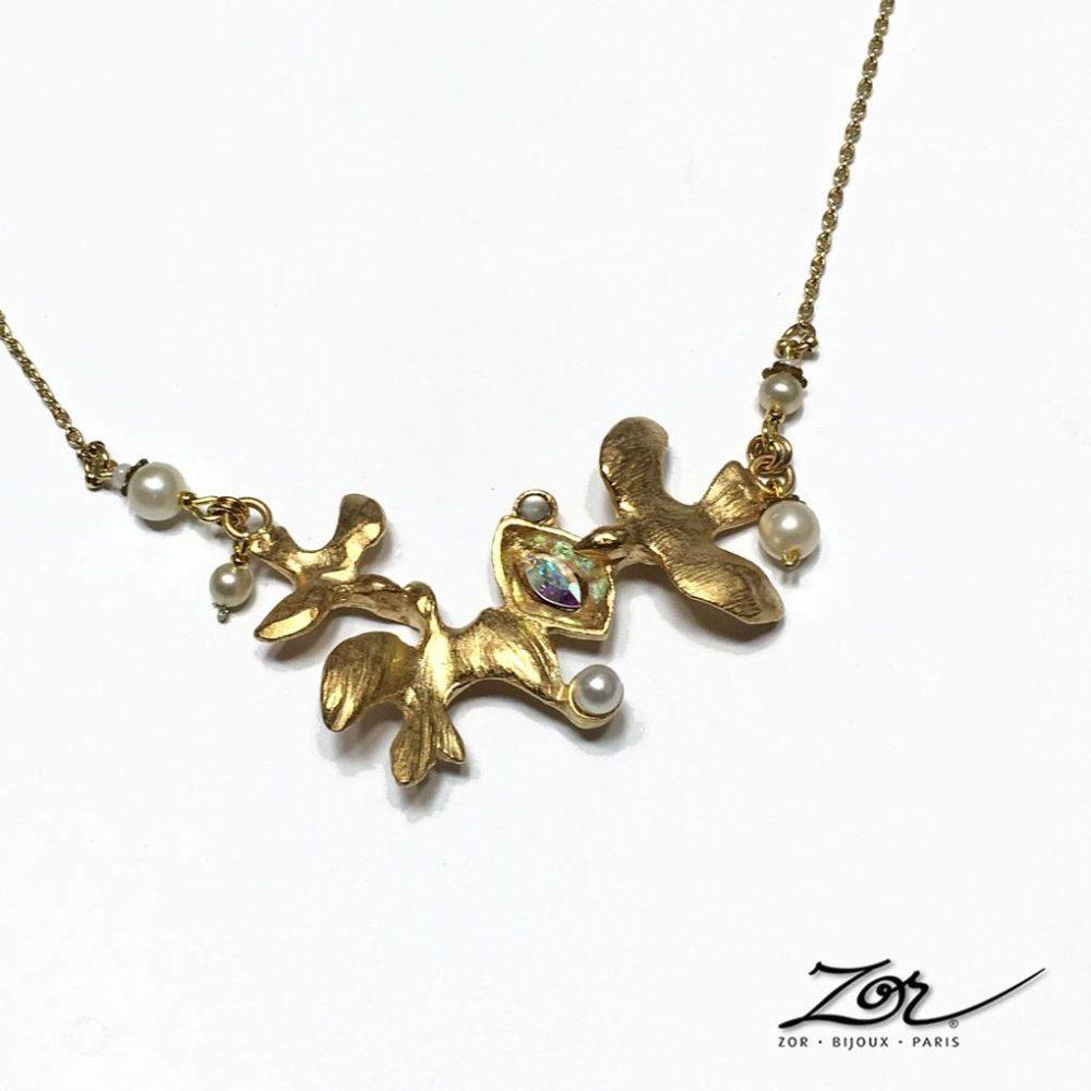 Collier petits oiseaux doré et habillé de perles de nacre. Création symbole, promesse de bonheur et paix pour la mariée. Bijou fantaisie Zor Paris