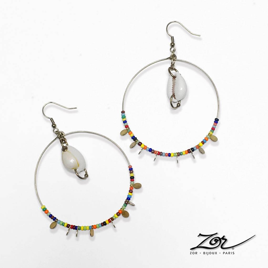 Grande boucle d'oreille créole habillée de cauris, mini perles multicolores et sequin pendants. Bijoux fantaisie ethnique. Créateur Zor à Paris 2