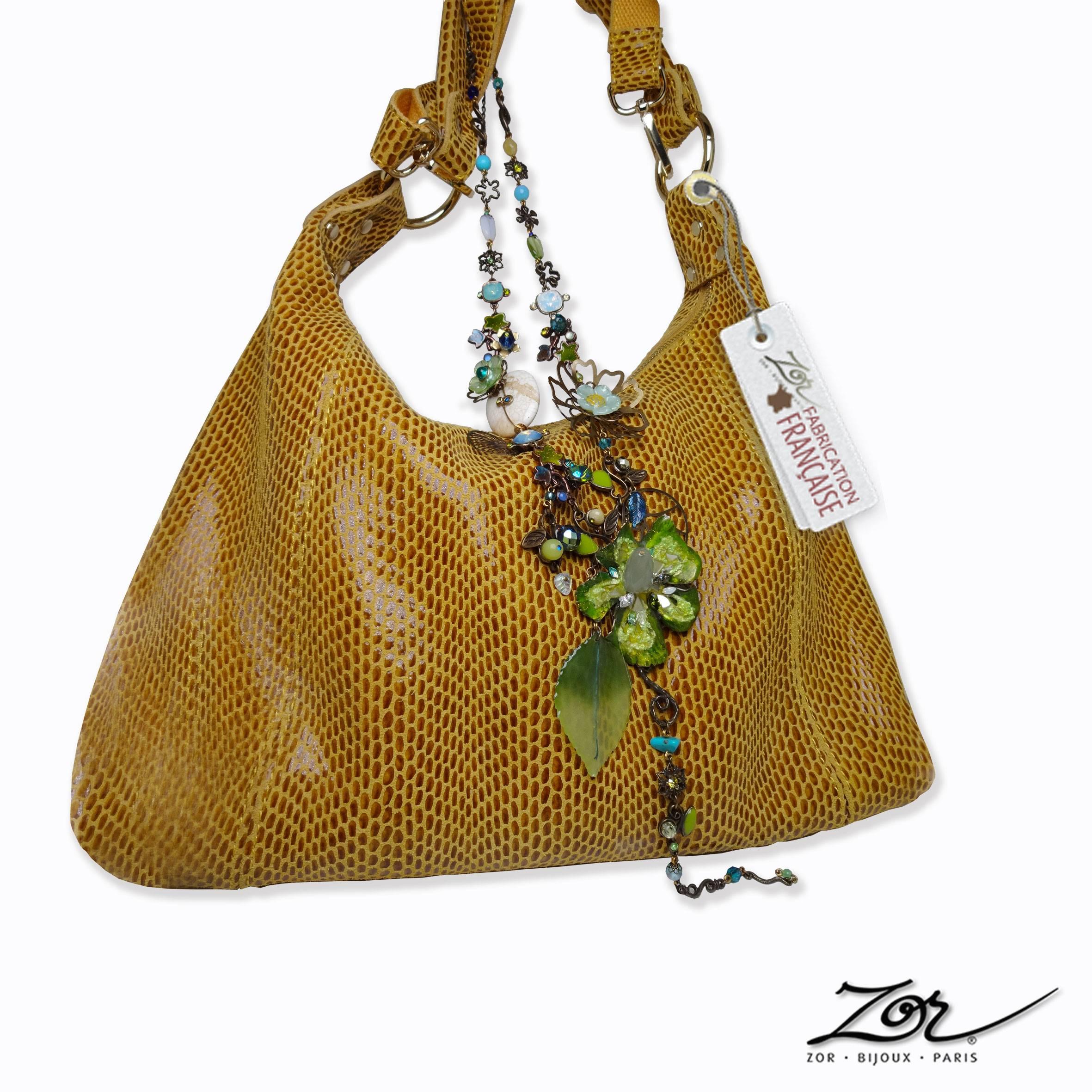 Sac jaune en cuir, bijou haute fantaisie, sautoir vert unique et précieux. Boutique Paris 2. Mode et accessoire pour homme et femme. Zor Création